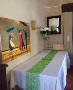salle réception table et tableau